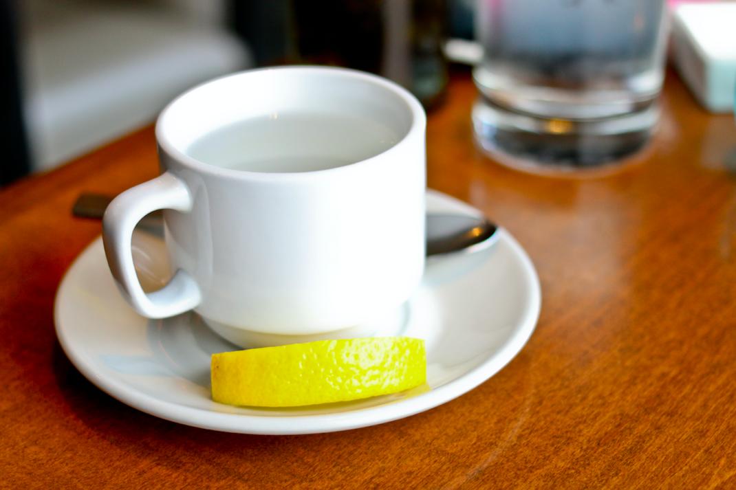 6 razones para beber agua tibia